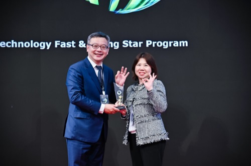 Natalie Chan, Deloitte China audit and assurance partner, awarding the Hong Kong Rising Star prize to Jeffrey Ren, CEO of OKLink, November 2019